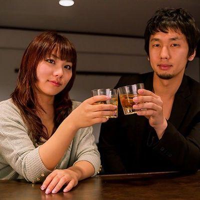 バーで飲むカップル