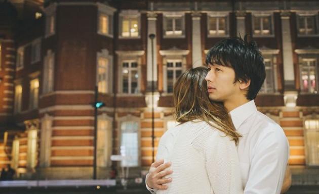 東京駅で別れを惜しむカップル