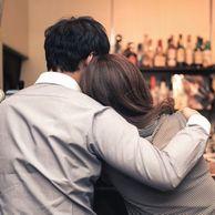バーで寄り添うカップル